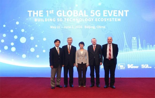 5つの団体の代表者集合写真