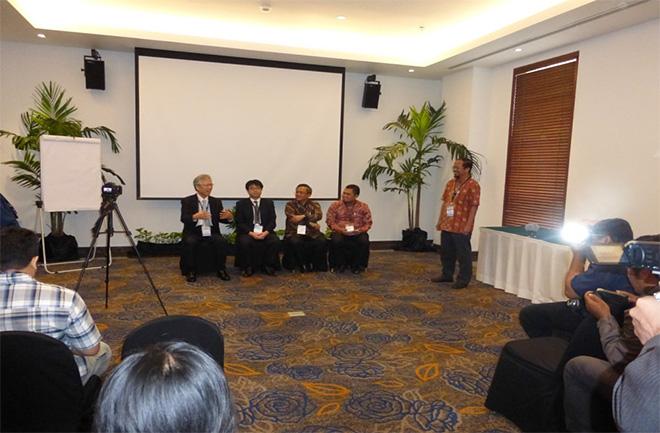 プレス発表の様子:左から吉田会長、中沢課長