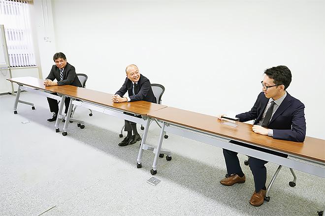 インタビューに対応いただいた大日本印刷株式会社・情報イノベーション事業部PFサービスセンター セキュア・エレメンツ・デザイン本部の3名左から高井大輔氏(第2部 第1グループリーダー・シニアエキスパート)神力哲夫氏(第2部 部長)服部雄一氏(第2部 第2グループ)